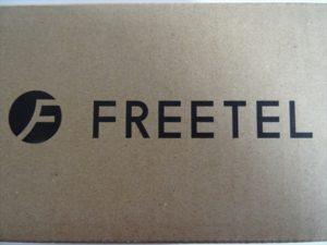 FREETELダンボール箱ロゴ