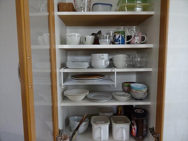 4人家族の食器棚の中身を公開しています。
