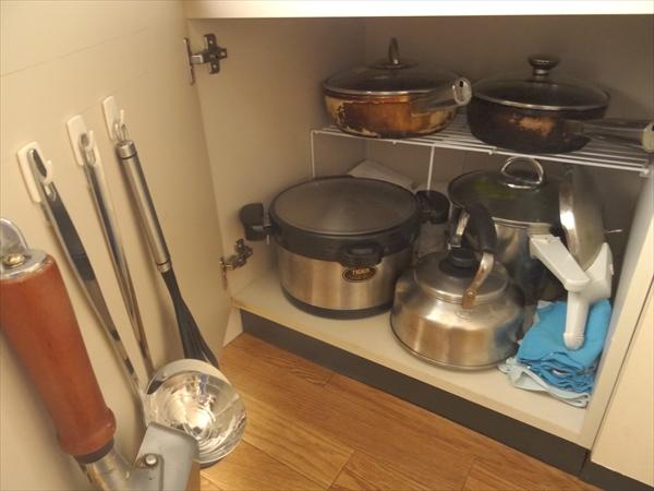 ガスコンロ下の収納にはフライパン3つに、鍋2つです。