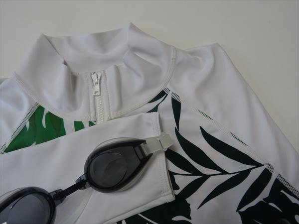 プールの日焼け対策にラッシュガードを着ています。