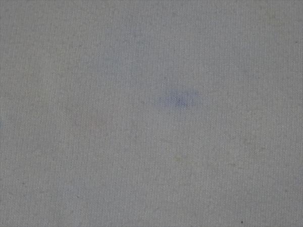 白い体操服についたアクリル絵の具を落としたいと思ってラッカースプレーを使いました。