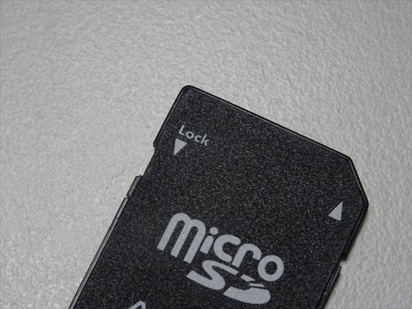 マイクロSDカードのアダプター書き込みロックが解除された状態