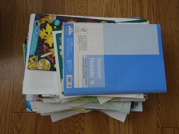 教科書、ノート、テストの山