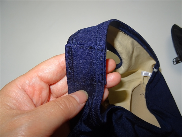 スクール水着の肩紐を縫いつめる(表側)