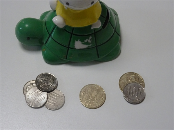 お金、貯金箱と硬貨、です。