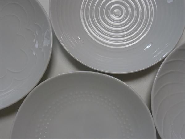 白い皿は白山陶器のシェルシリーズから4柄をえらびました。