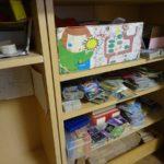 押入れの棚のなかは子供のものであふれてます。
