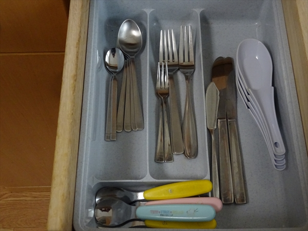 4人家族の食器棚の引き出しの中身