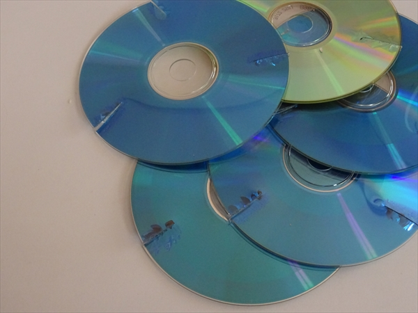 CD-Rの捨て方、ハサミで切り込み