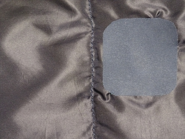 ダウンジャケットのかぎ裂き穴に補修シートを貼って修理