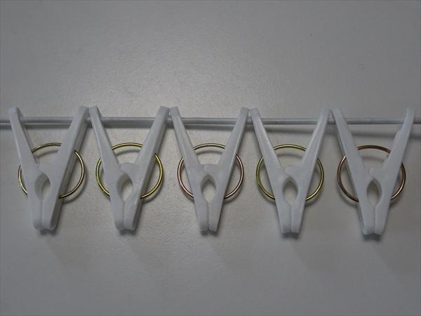 針金ハンガーと洗濯バサミ