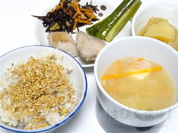 玄米ごはん、ごま、塩、ブリの竜田揚げ、ひじきの煮つけ、きゅうり酢醤油漬、じゃが玉、人参と豆腐の味噌汁